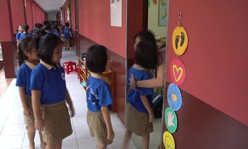 Học trò xếp hàng ôm cô giáo  - Ảnh 1.