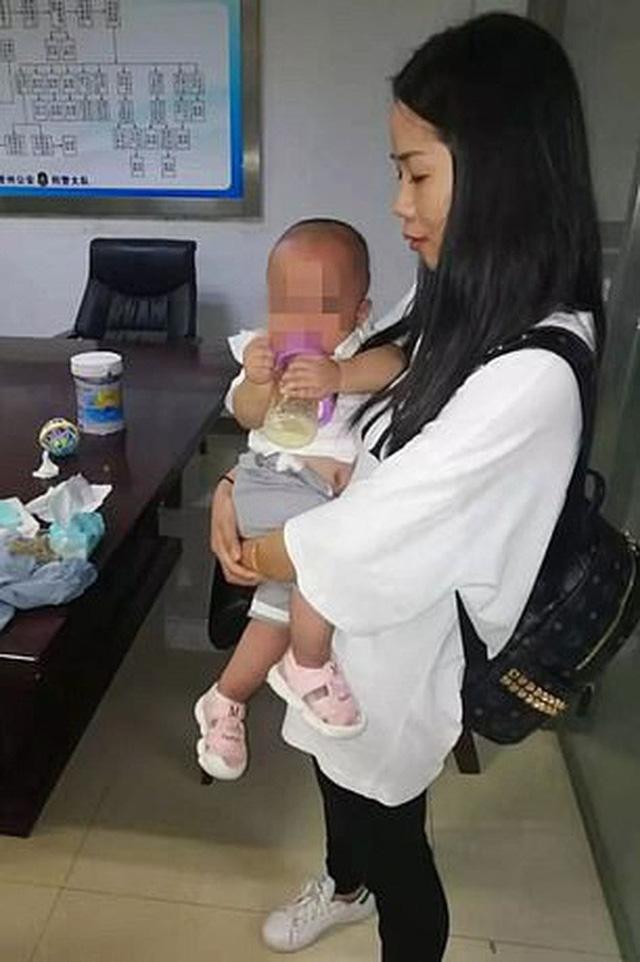 Mẹ nhẫn tâm bán 2 con song sinh với giá hơn 200 triệu để mua điện thoại mới và trả nợ thẻ tín dụng - Ảnh 1.