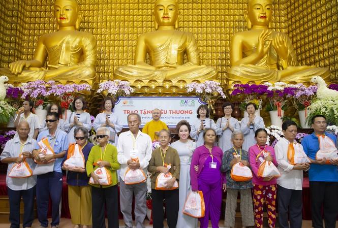 Bà Nguyễn Thị Thanh Tú - Chủ tịch HĐQT Tập đoàn TLM trao những phần quà yêu thương cho người khiếm thị