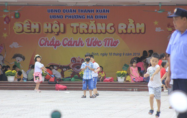 Sau vụ cháy Rạng Đông, học sinh trường Hạ Đình đeo khẩu trang kín mít đi học - Ảnh 13.