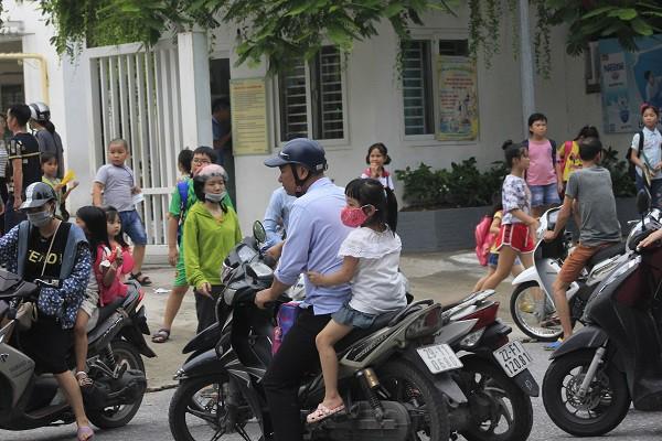 Sau vụ cháy Rạng Đông, học sinh trường Hạ Đình đeo khẩu trang kín mít đi học - Ảnh 8.