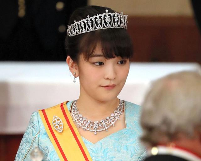 Thái tử phi Nhật Bản đẹp ngỡ ngàng trong bộ ảnh mới và có màn đối đáp khéo hết phần thiên hạ khi nói về chuyện con gái mãi không lấy chồng - Ảnh 1.