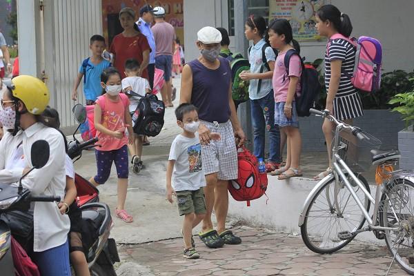 Sau vụ cháy Rạng Đông, học sinh trường Hạ Đình đeo khẩu trang kín mít đi học - Ảnh 6.