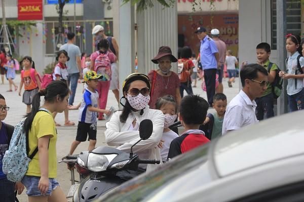 Sau vụ cháy Rạng Đông, học sinh trường Hạ Đình đeo khẩu trang kín mít đi học - Ảnh 5.
