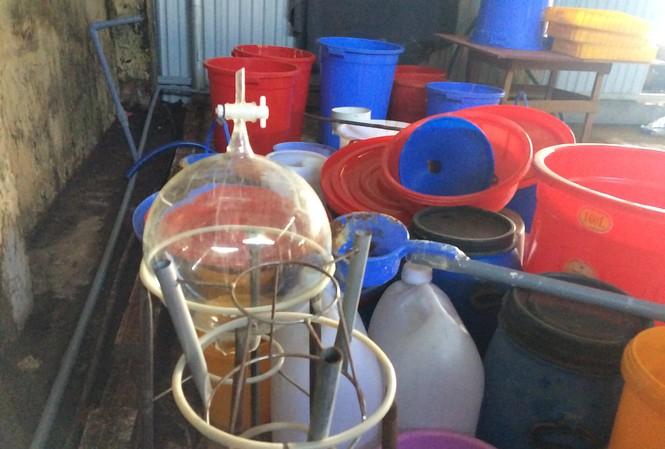 Một số vật dụng của nhóm người Trung Quốc sản xuất ma tuý còn lại tại hiện trường.