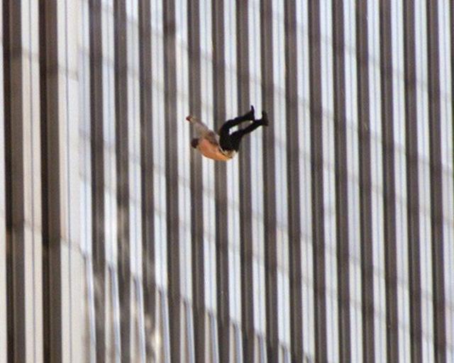 Đã 18 năm kể từ khi vụ khủng bố 11/9 đoạt mạng hàng nghìn người Mỹ, bức ảnh người đàn ông rơi vẫn không ngừng gây ám ảnh - Ảnh 4.