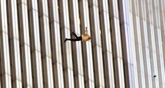 Đã 18 năm kể từ khi vụ khủng bố 11/9 đoạt mạng hàng nghìn người Mỹ, bức ảnh người đàn ông rơi vẫn không ngừng gây ám ảnh - Ảnh 6.