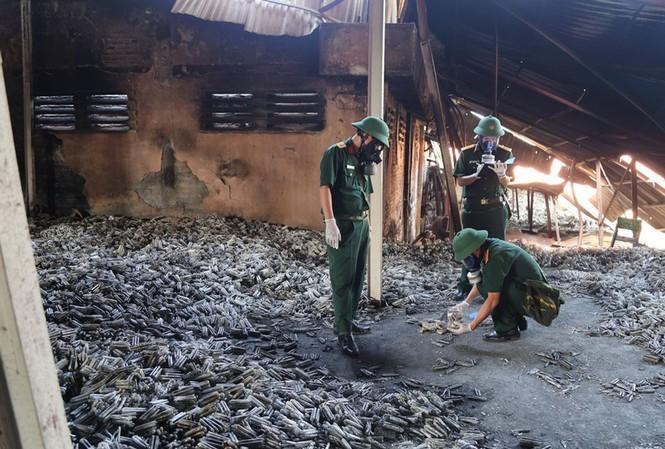 Cán bộ Viện Hóa học Môi trường quân sự lấy mẫu tại hiện trường vụ cháy