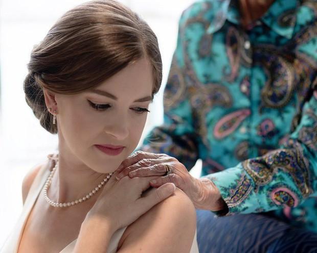 Cô dâu bí mật mang váy cưới đến gặp người bà đã gần đất xa trời, để lại câu chuyện dễ rơi nước mắt còn hơn cả cuộc chia ly của Jack và Rose trong Titanic huyền thoại - Ảnh 1.